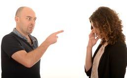 Quermann, der auf Frau zeigt stockfoto