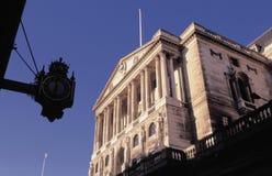 Querneigung Straßen-Stadt der England-Threadneedle von London England Lizenzfreie Stockfotografie