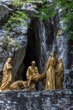 Querstraßen in Lourdes, Hautes Pyrenäen, Frankreich Skulpturzusammensetzungen Stockbild