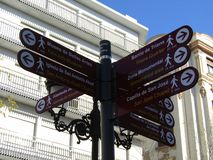 Querstraßenwegweiseranblick Sevilla-Stadtbild stockfotografie