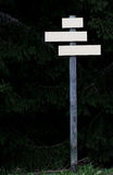 Querstraßeshölzerne Richtungspfeilzeichen Stockbild