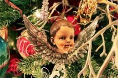 Querube antigua en tre pasado de moda de la Navidad Imágenes de archivo libres de regalías