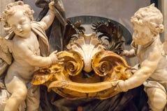 Querubins de mármore e fonte da água santamente, na basílica do ` s de St Peter Imagem de Stock Royalty Free