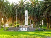 Querzeichen und Palmen auf dem deutschen Monument in Swakopmund, Namibia Stockfotografie