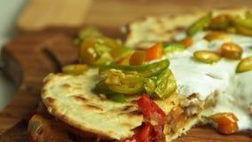 Quesadilla γλυκών πατατών μαγειρέματος με το καυτό πιπέρι απόθεμα βίντεο