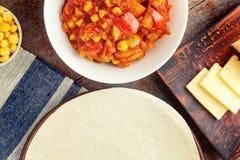 Quesadilla μαγειρέματος, συστατικά για τη μεξικάνικη κουζίνα σε έναν ξύλινο Στοκ Εικόνα