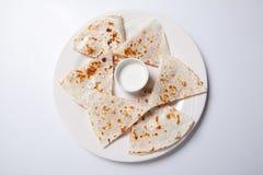 Quesadilla с говядиной и цыпленок на белой плите quesadilla и соус стоковая фотография