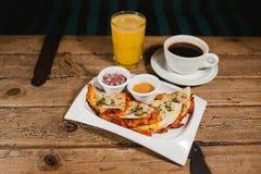 Quesadilla en koffie met jus d'orange Mexicaans ontbijt stock afbeeldingen