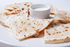 Quesadilla met rundvlees en kip op een witte plaat quesadilla en saus royalty-vrije stock fotografie