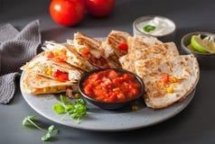 Quesadilla mexicain avec du fromage de maïs de tomate de poulet Photographie stock libre de droits