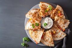 Quesadilla mexicain avec du fromage de maïs de tomate de poulet Photos stock