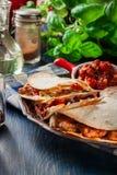 Quesadilla mexicano com galinha, chouriço da salsicha e pimenta vermelha foto de stock