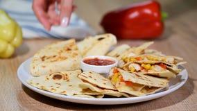 Quesadilla mexicano con el pollo, el tomate, el maíz y el queso metrajes