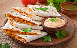 Quesadilla mexicano cortado com vegetais fotos de stock royalty free