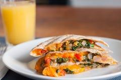 Quesadilla mit Glas Orangensaft stockfoto