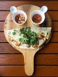 Quesadilla und Salsa auf dem hölzernen Behälterlächeln stellen Scharfes gegenüber stockbild