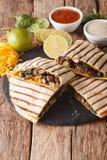 Quesadilla z mięsa, szpinaka i cheddaru sera zakończeniem, Verti Zdjęcie Stock