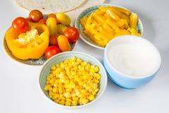 Quesadillaherstellungsprozeß Zugebereitete Tortilla und Gemüse am weißen Hintergrund stockfotos