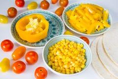 Quesadillaherstellungsprozeß Zugebereitete Tortilla und Gemüse am weißen Hintergrund lizenzfreies stockbild