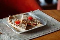 Quesadillarindfleisch mit Kirschtomaten auf weißer rechteckiger Platte stockfotografie