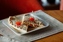 Quesadillarundvlees met kersentomaten op witte rechthoekige plaat stock fotografie