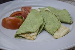 Quesadillas com a tortilha verde com queijo do panela fotos de stock royalty free