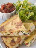 Quesadillas con la salsa del pomodoro del formaggio del pollo di Cajun Immagine Stock Libera da Diritti