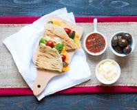Quesadillas délicieux de veggie avec des tomates, des olives, l'annonce de ² de saà et le c Image stock