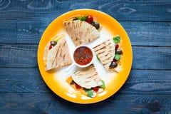 Quesadillas délicieux de veggie avec des tomates, olives, salade Photos stock