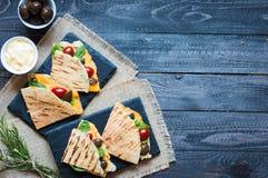 Quesadillas délicieux de veggie avec des tomates, olives, salade Photographie stock libre de droits