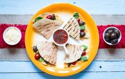 Quesadillas délicieux de veggie avec des tomates, olives, salade Photos libres de droits