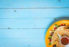 Quesadillas délicieux de veggie avec des tomates, olives, salade Image libre de droits