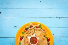 Quesadillas délicieux de veggie avec des tomates, olives, salade Images libres de droits