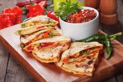 Quesadillas med salsa Fotografering för Bildbyråer