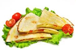 Quesadillas mexicains avec du fromage, les légumes et le Salsa d'isolement Photographie stock