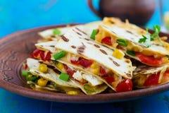 Quesadillas rouges grillés frais de paprika avec du maïs image libre de droits