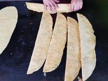 quesadille giganti con le tortiglii di cereale, alimento messicano tradizionale immagini stock