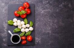Queso, albahaca y tomate de la mozzarella fotografía de archivo libre de regalías
