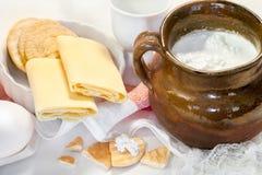 Queso blanco de la cabaña en un cuenco, huevos y pasteles Imagenes de archivo