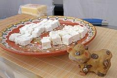 Queso blanco de la salmuera Queso feta Pedazos de granja del queso en una placa Mordeduras gastr?nomas Foto de portada imágenes de archivo libres de regalías