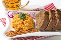 Queso, cebolla, mantequilla, y paprika bávaros tradicionales del camembert del obatzda del bocado de la cerveza La visión desde l foto de archivo