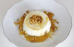 Queso cocido al horno del ricotta con la miel, nueces Foto de archivo libre de regalías