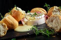 Queso cocido hecho en casa del camembert con tomillo y pan fresco Imágenes de archivo libres de regalías