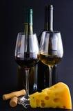 Queso con el vino blanco rojo y Fotografía de archivo libre de regalías