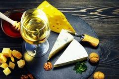 Queso con el vino y la miel en una tabla de madera oscura Primer Imágenes de archivo libres de regalías