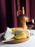 Queso con los vidrios de vino rojo Imagen de archivo libre de regalías