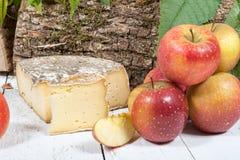 Queso con varias manzanas o Foto de archivo