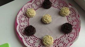 Queso cuajado, esmaltado con el chocolate blanco y negro, presentado en los platillos Postre cocinado en casa almacen de video
