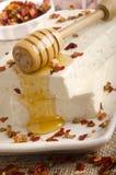 Queso de cabra con las escamas de la miel y del chile Fotografía de archivo libre de regalías