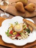 Queso de cabra en la pera con las verduras asadas a la parrilla Foto de archivo